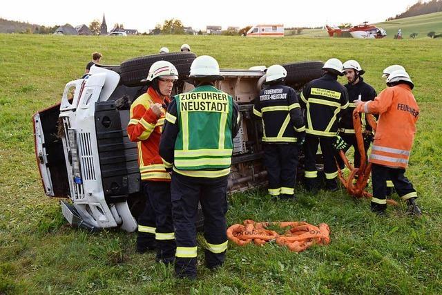Feuerwehrauto überschlägt sich bei Waldau – drei Verletzte
