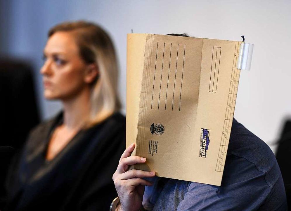 Javier G.D. bei Eröffnung des Prozesse...eine Verteidigerin Mona Hammerschmidt.    Foto: dpa