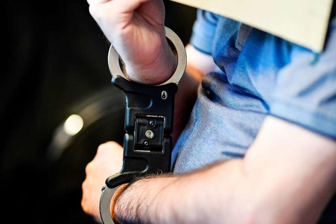 Während des Prozesses wurden G.D. die Handschellen abgenommen.    Foto: dpa