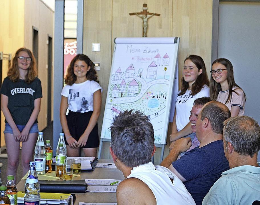 Vier Achtklässlerinnen aus Biederbach ...ukunftserwartungen an die Gemeinde.     | Foto: Nikolaus Bayer