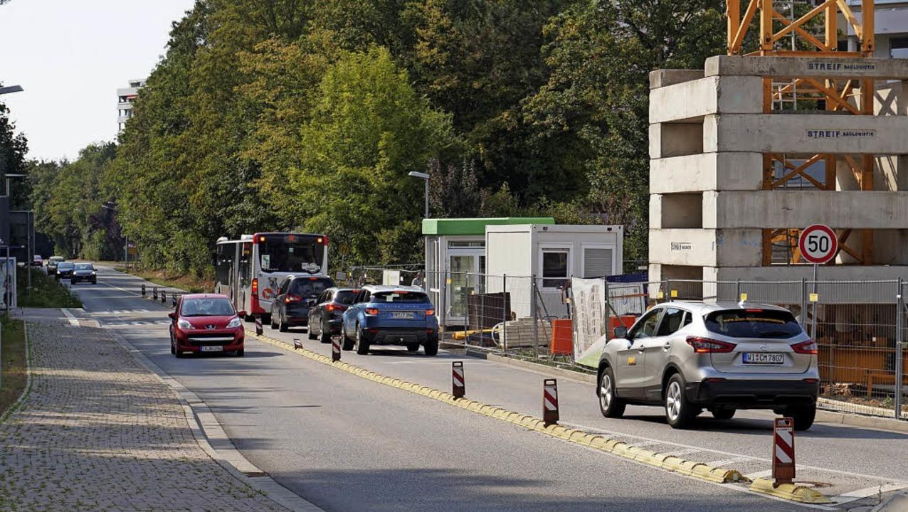 Wegen der Baustelle in Umkirch-Ost häl...n sollen Autos vom Überholen abhalten.  | Foto: Julius Steckmeister
