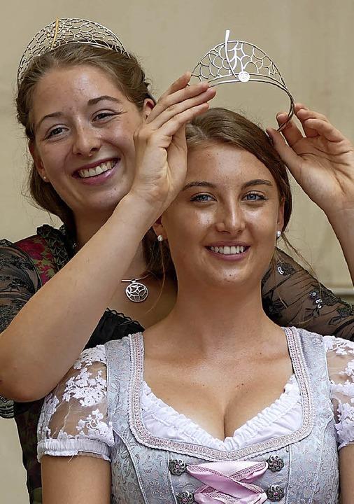 Anika Stork bekommt die Krone von Miriam Kaltenbach aufgesetzt.     Foto: Frank Schoch