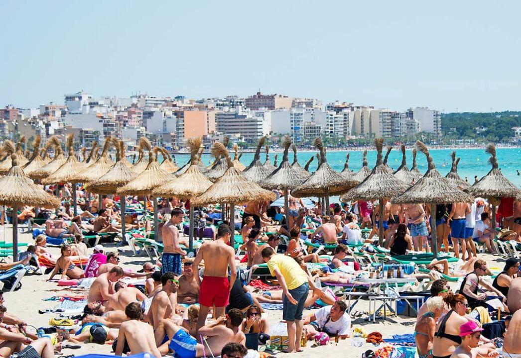 Dichtes Gedränge am Strand von El Arenal auf der Baleareninsel Mallorca.  | Foto: dpa