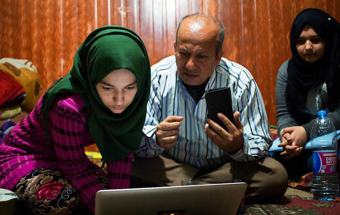 Ihre Familie im Libanon bei Behörden-Recherchen.  | Foto: Felie Zernack