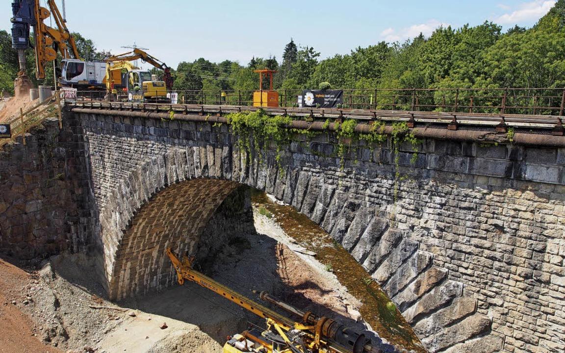 Die Bahn baut derzeit bereits kräftig ...dung über Abriss oder Sanierung haben.  | Foto:  Boris Burkhardt
