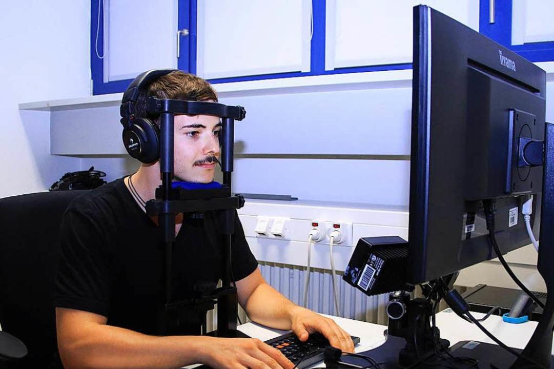 Am psychologischen Institut sitzt ein Proband vor einem PC.  | Foto: prz
