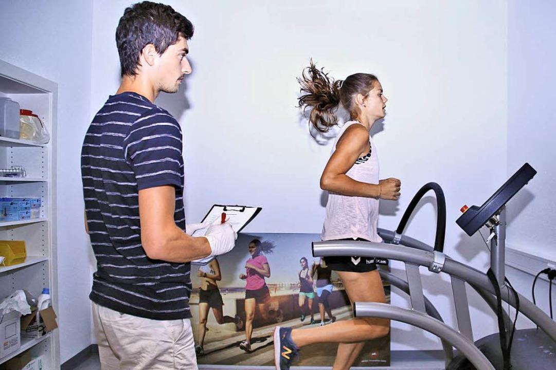 Lilly Hauptmann  joggt auf einem Laufband.  | Foto: Steve Przybilla