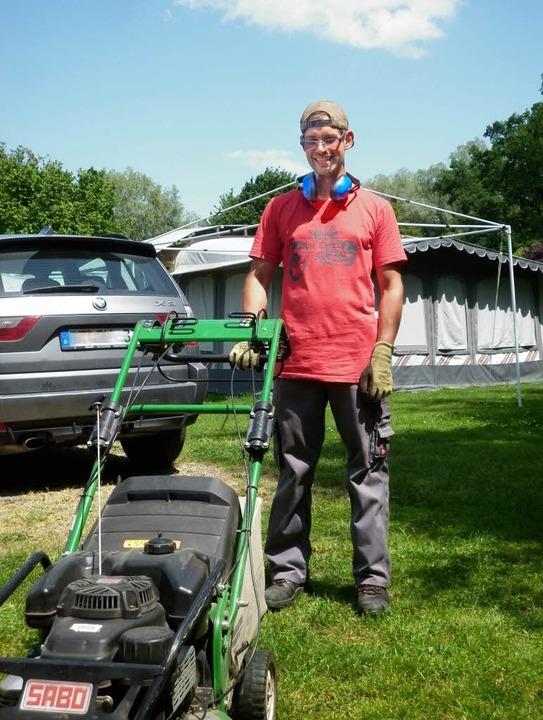 Gerne mal mit Rasenmäher oder Heckensc... unterwegs: Platzwart Patrick Schmidt   | Foto: Marion Klötzer