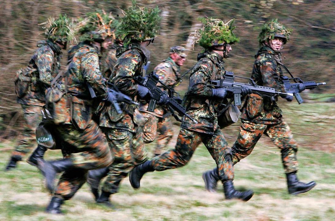 2001 wurde der Wehrdienst  abgeschafft...; und mit ihm auch alle Ersatzdienste.  | Foto: dpa