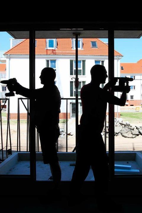 Wer beim Hausbau auf private Helfer se...um deren Versicherungsschutz kümmern.   | Foto: Nestor Bachmann (dpa)