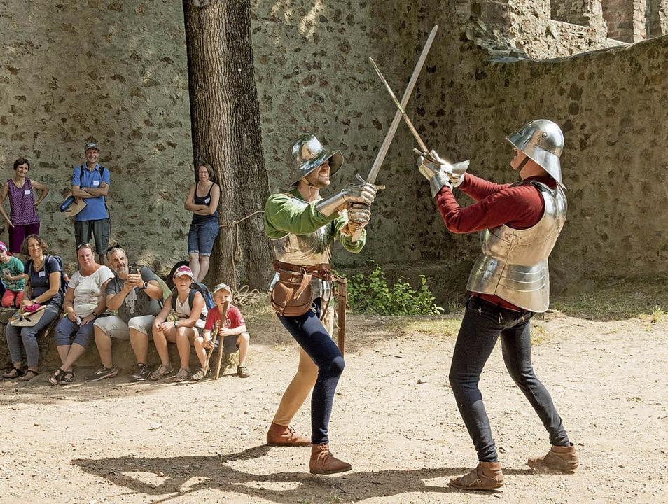 Die Burgwächter beim wilden Schwertkampf.   | Foto: Fotos: Helmut Rothermel