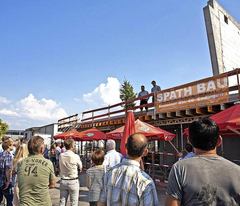 Richtfest am insgesamt rund fünf Milli...hael Pawellek symbolisch einen Besen.   | Foto: Martin Wendel