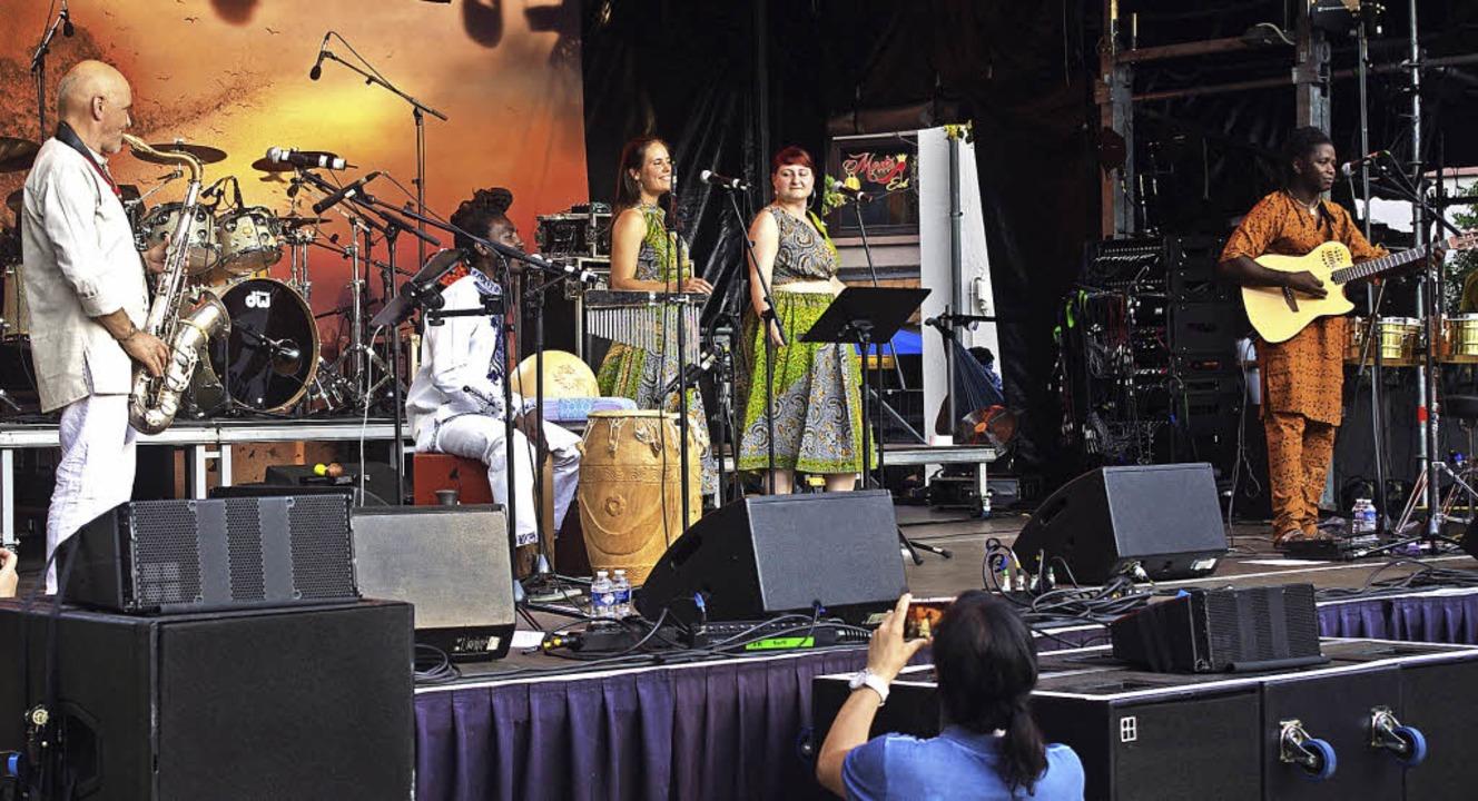 Ma belle Chérie mit Werner Englert (li...luss beim African Music Festival auf.   | Foto: Sindlinger