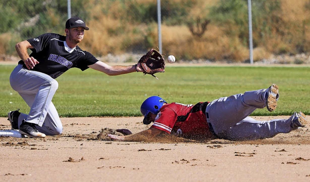 Der Amerikaner am Base fängt den Ball,...r schafft es nicht und ist damit aus.   | Foto: Jutta Geiger