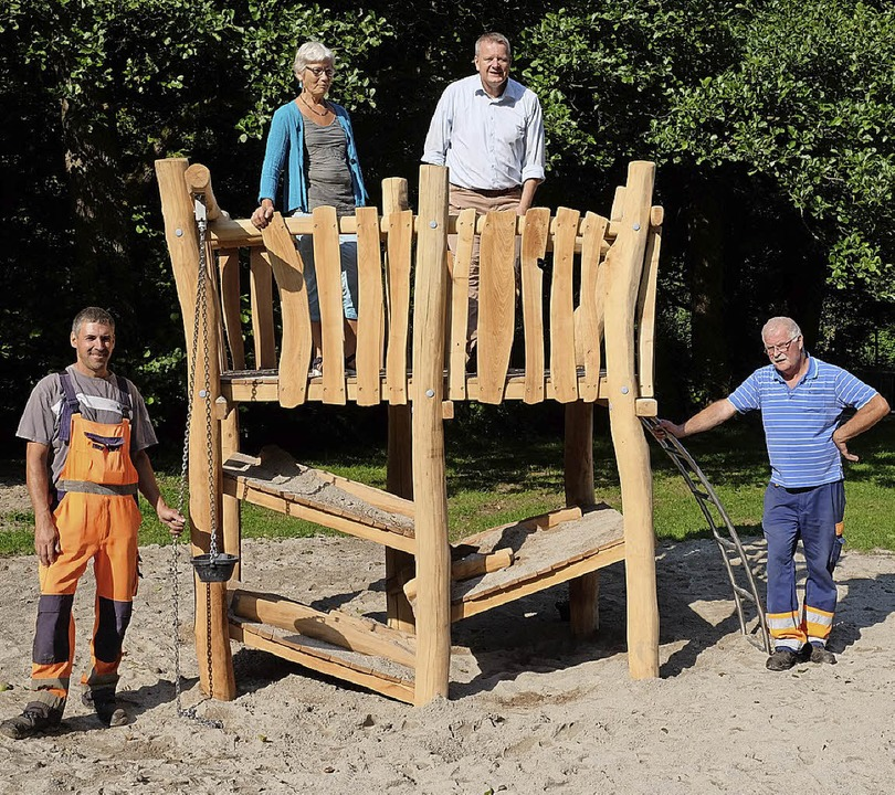 Sie freuten sich über das neue Spielge...sch, Dirk Blens und Gustav Hilfinger.     Foto: Martin Pfefferle