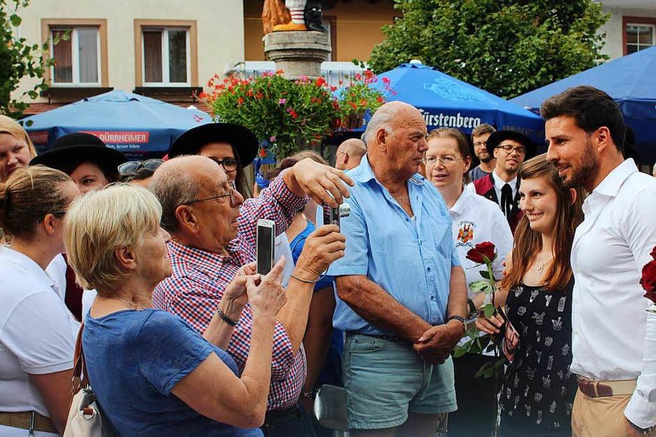 Auch Fotowünsche erfüllte der Bachelor 2016, Leonard Freier, gerne. (Foto: Christa Maier)