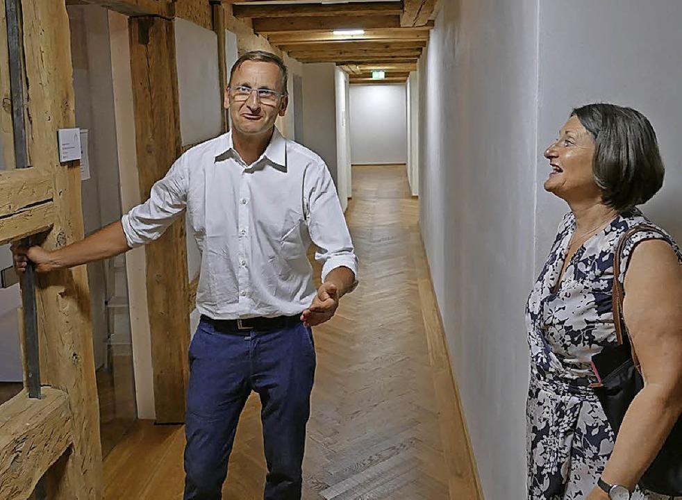 Gute Stimmung: Lukas Gäbele erläutert Bärbel Schäfer das neue Rathaus.  | Foto: Martin Wunderle