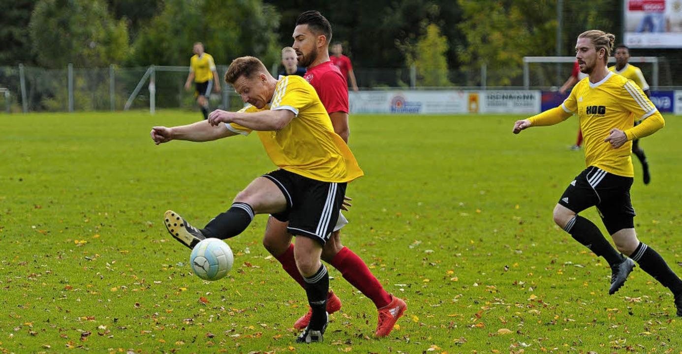 In der Abwehr wollen sich die Fußballe...V Münchweier  mehr Sicherheit holen.    | Foto: Pressebüro Schaller