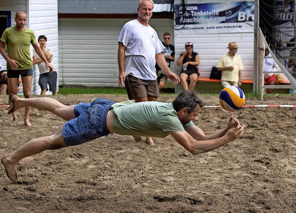 Mit vollem Einsatz zum Ball, ob knapp ...am Netz – der Ehrgeiz war groß.   | Foto: Wolfgang scheu