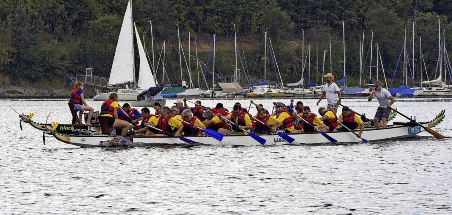 Die Crew Platzhirsch (gelbe Trikots) p...im Drachenboot-Fun-Cup auf Rang drei.   | Foto: Marco Zackoschek