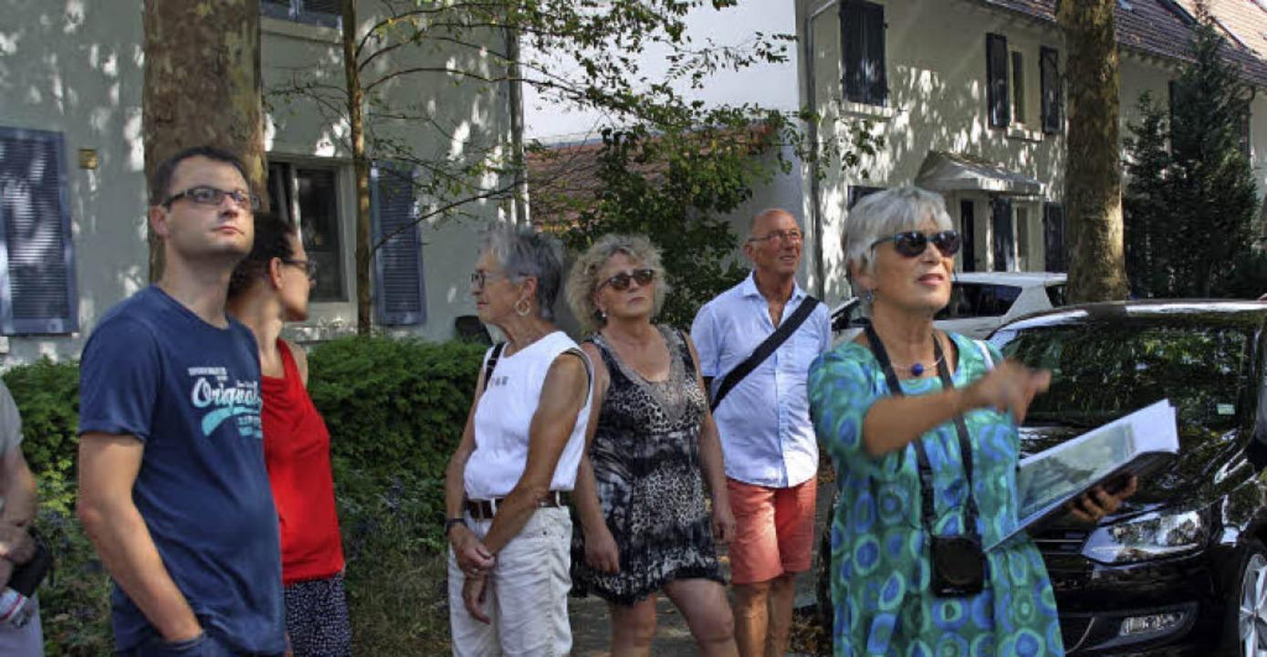 Hildegard Vierhuff-Bocks führte durch die Gartenstadt in Weil am Rhein.   | Foto: Yvonne Siemann