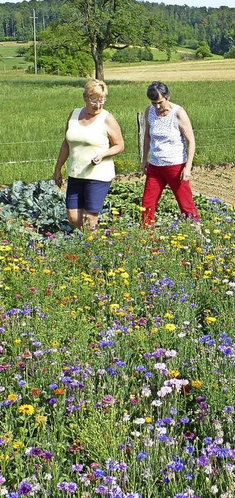 Irma Kessler freut sich über die  Blüt... die  in ihrem Garten entstanden ist.   | Foto: Winter