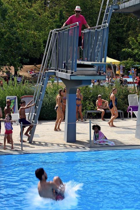 Springen, Knie anziehen, mit dem Hinte...Technik bei einem Wettbewerb bewertet.  | Foto: Siemann