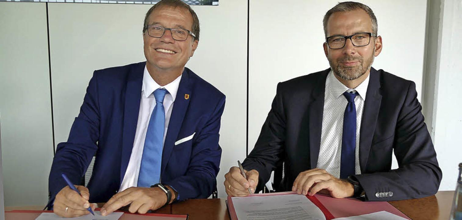 Großer Augenblick: OB Klaus Eberhardt ...Absichtserklärung zur Abwärmenutzung.   | Foto: Ingrid Böhm-Jacob