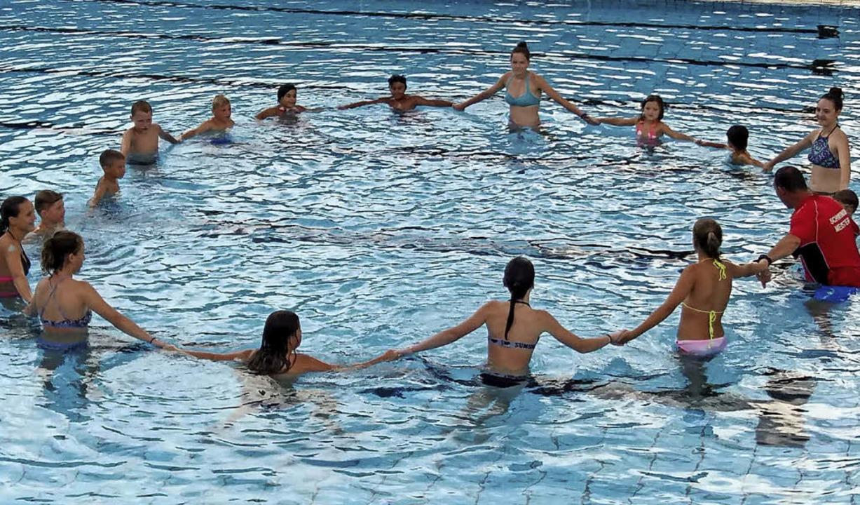 Spaß im Wasser gab es mit Thomas Awe (rechts) beim Schwimmbadfest.  | Foto: Privat