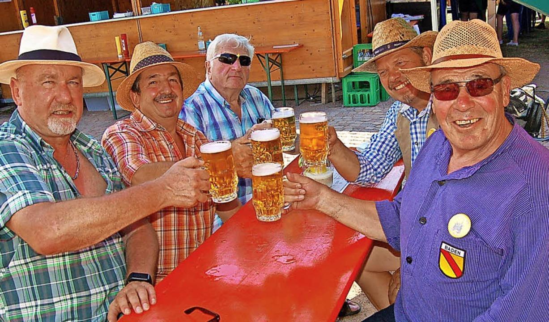 Ein kühles Bier tut gut bei der Hitze: Die Besucher stießen an.   | Foto: Ringwald