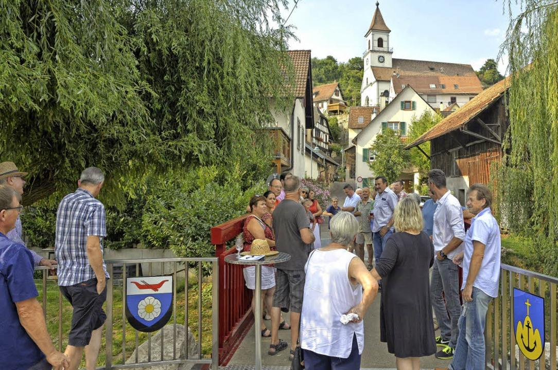 Die neue rote Brücke in Istein über de...appen von Rosenau (links) und Istein.   | Foto: Pinkawa