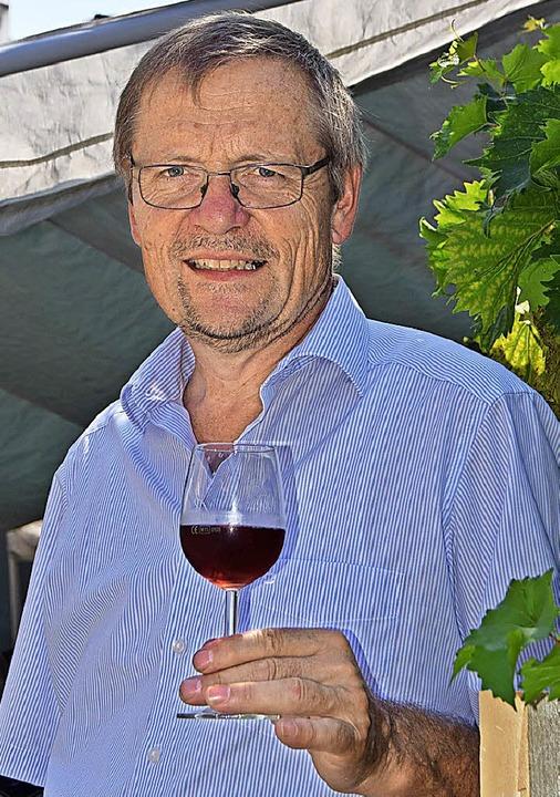 Leonhard Linsenmeier freut sich über das Interesse an seinen Bio-Weinen.   | Foto: Sarah Nöltner