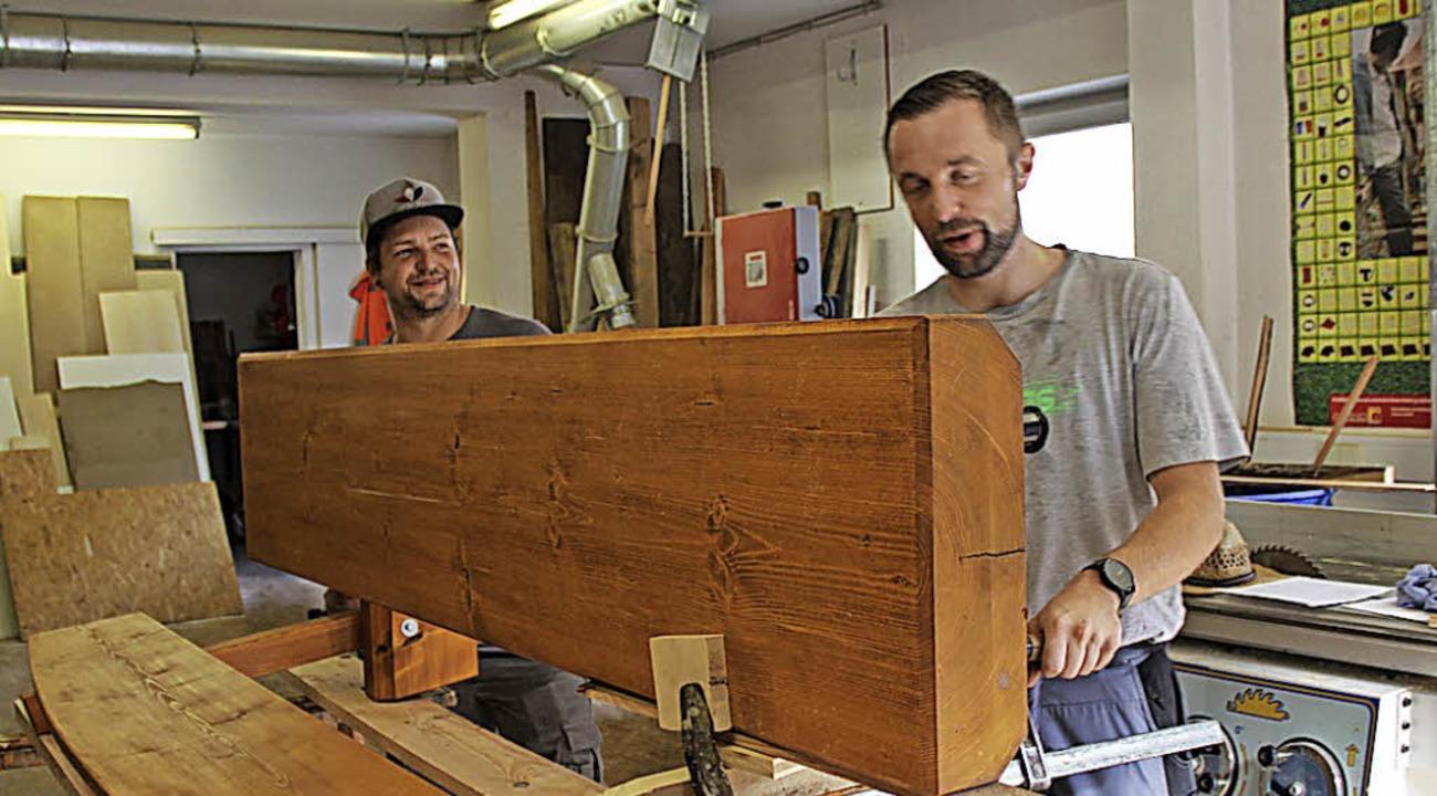 Die beiden Neuen  im Bauhof  Stühlinge... Otteny, legen Hand an eine Holzbank.   | Foto: Lucia van Kreuningen