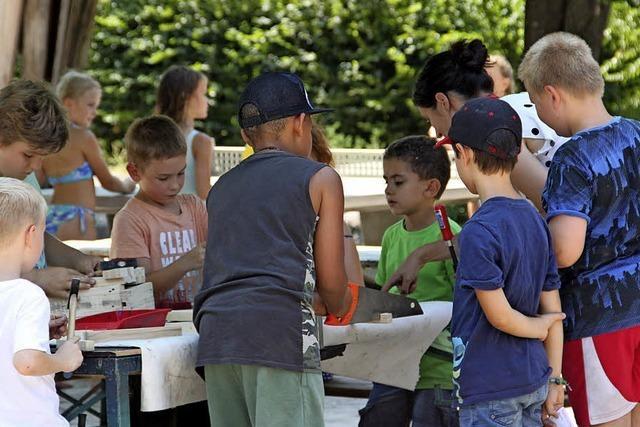 Kinder hämmern und sägen in Lörrach beim Ferienprogramm der Kaltenbach-Stiftung
