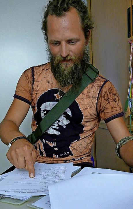 Fast  100 Unterschriften weist  der Anwohner Jürgen Gresser vor.    Foto: Winfried Dietsche