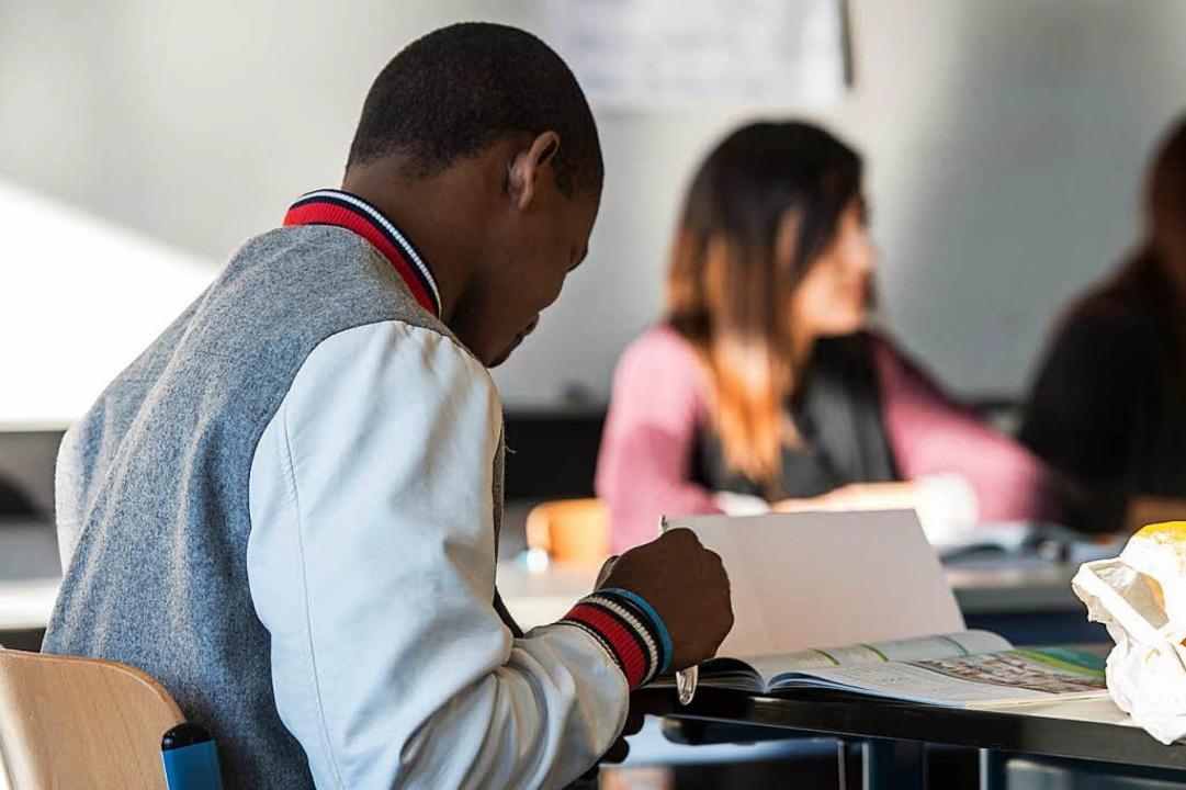Jugendliche Asylbewerber im Unterricht  | Foto: dpa
