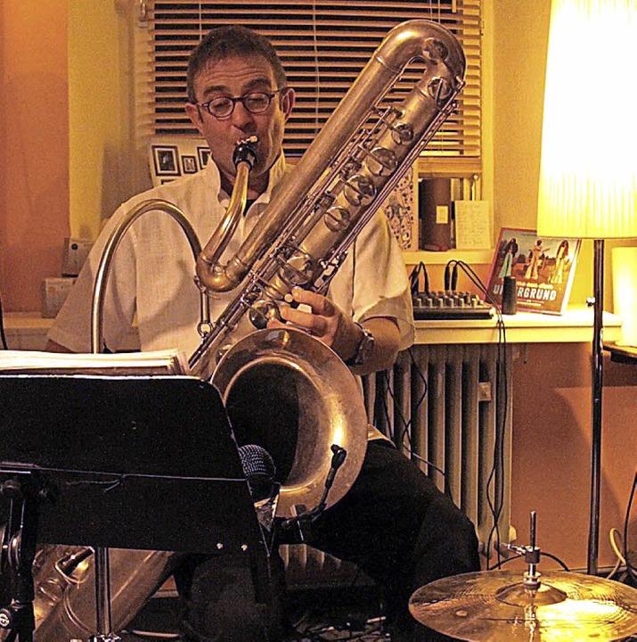 Uwe Ladwig spielt bei einem Auftritt das Bass-Saxofon.     Foto: Privat
