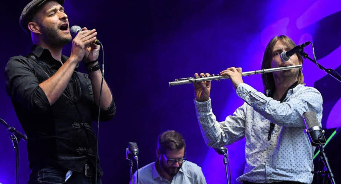 Ein Höhepunkt des Festivals 2018: Hild...t fliegen um Andreas Schaerer (links)     Foto: Barbara Ruda