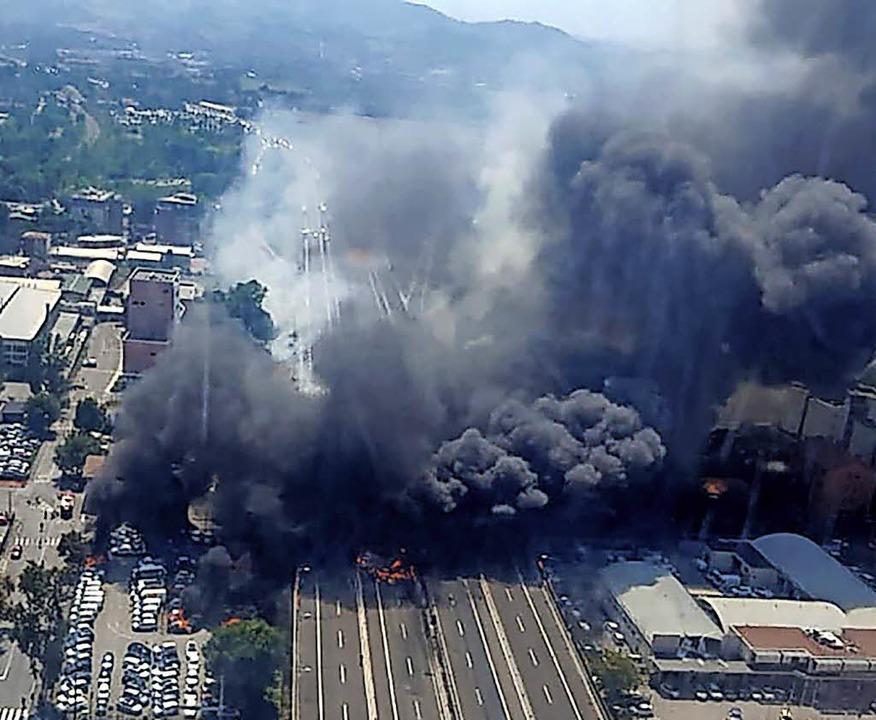 Eine riesige Rauchsäule steigt nach der Explosion auf.     Foto: AFP