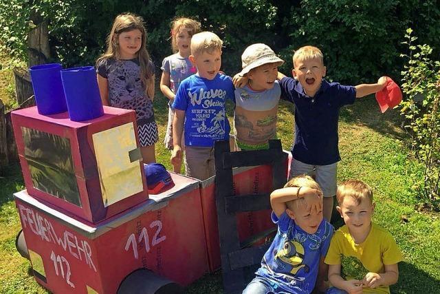 Kinder bauen Feuerwehrauto aus Karton