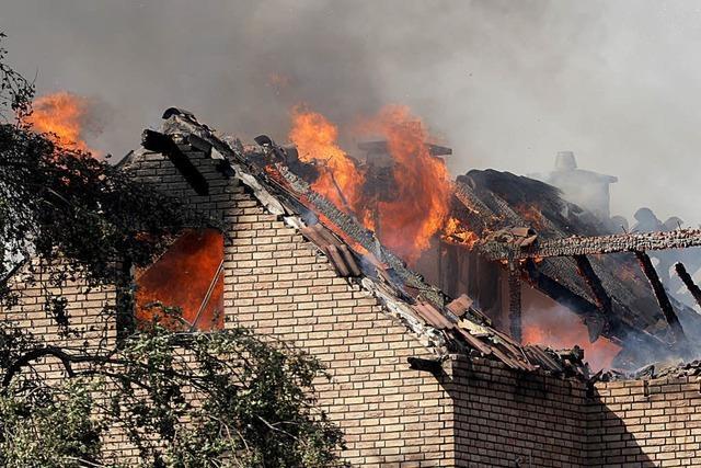 Böschungsbrand greift auf Häuser über – zahlreiche Verletzte – ICE-Strecke gesperrt