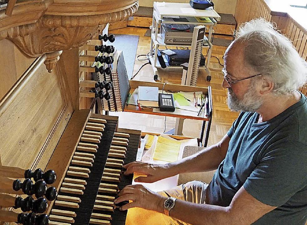 Klaus Geiger an der Orgel in Hausen vo...Andreas Silbermann nachgeeifert wurde.  | Foto:  Gunter Faigle