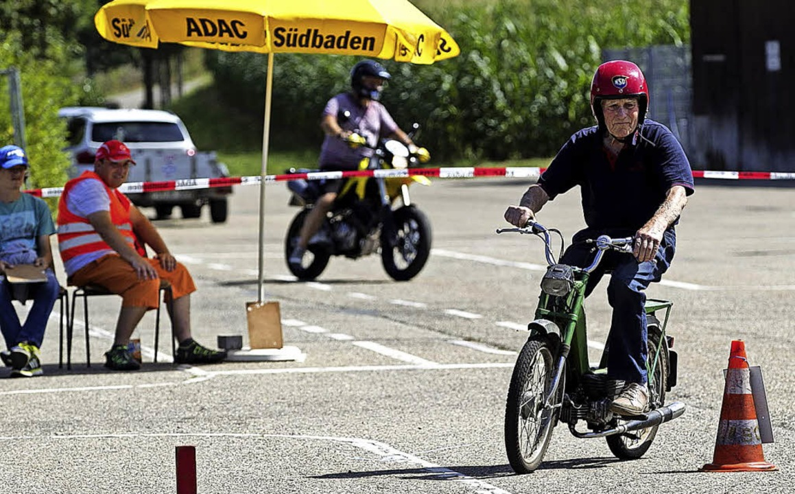 Der älteste Fahrer im Feld: Erwin Schu...eistert mit seinem Mofa den Parcours.   | Foto: Daniel Fleig