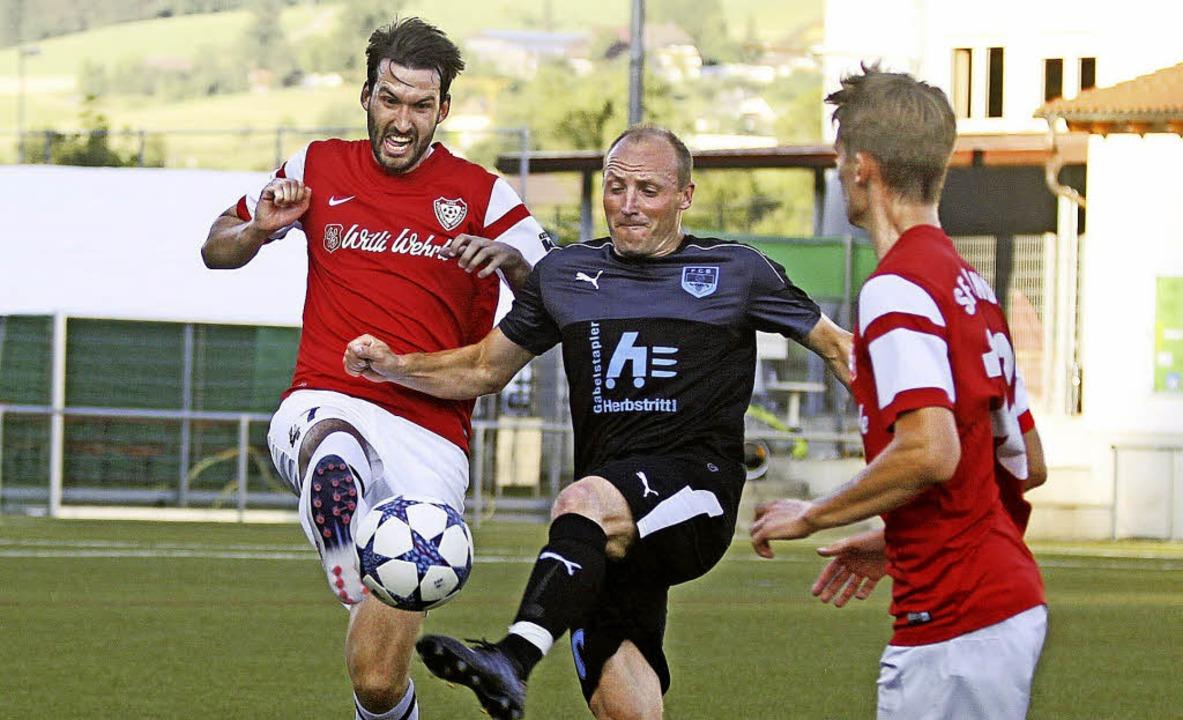 Vorbereitungsspiel der SF Winden (rot-...iel Ruf (Spielertrainer FC Buchholz).   | Foto: Daniel Fleig
