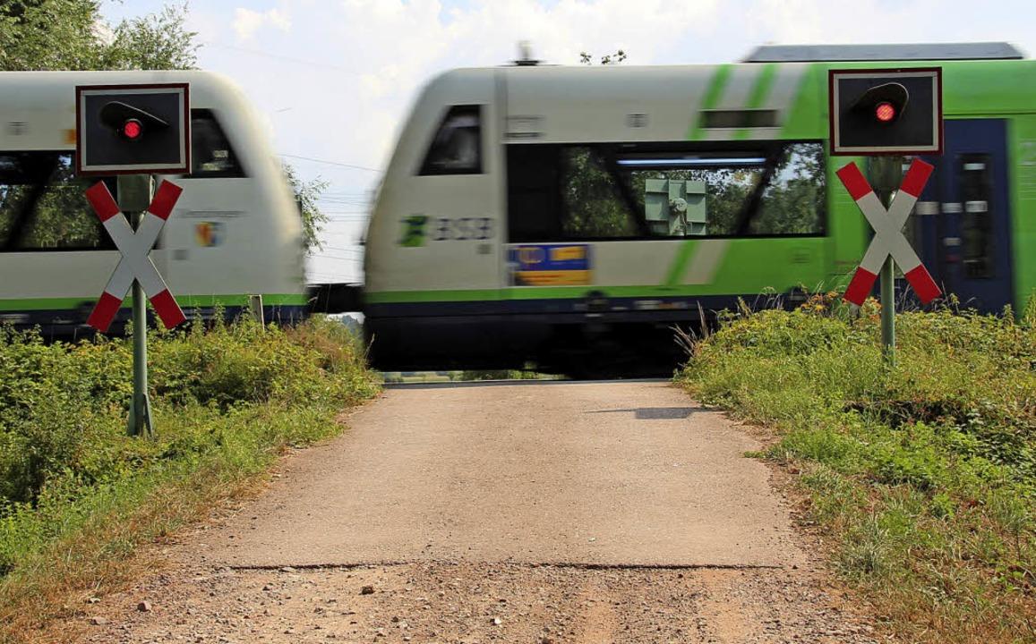 Der Bahnübergang bei Kilometer 13 in G...m Gewerbegebiet und dem Sportgelände.   | Foto: Mario Schöneberg
