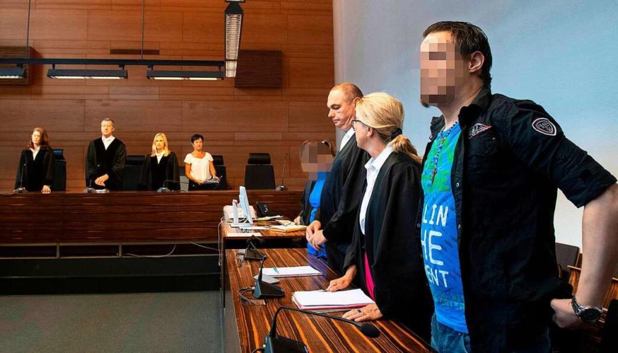 Christian L. (rechts) und Berrin T. (v...tagnachmittag im Landgericht Freiburg.  | Foto: AFP