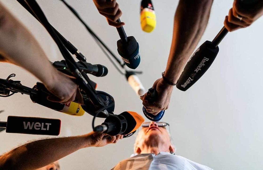 Staatsanwältin Nikola Novak stellt sic...nden Journalistinnen und Journalisten.  | Foto: dpa