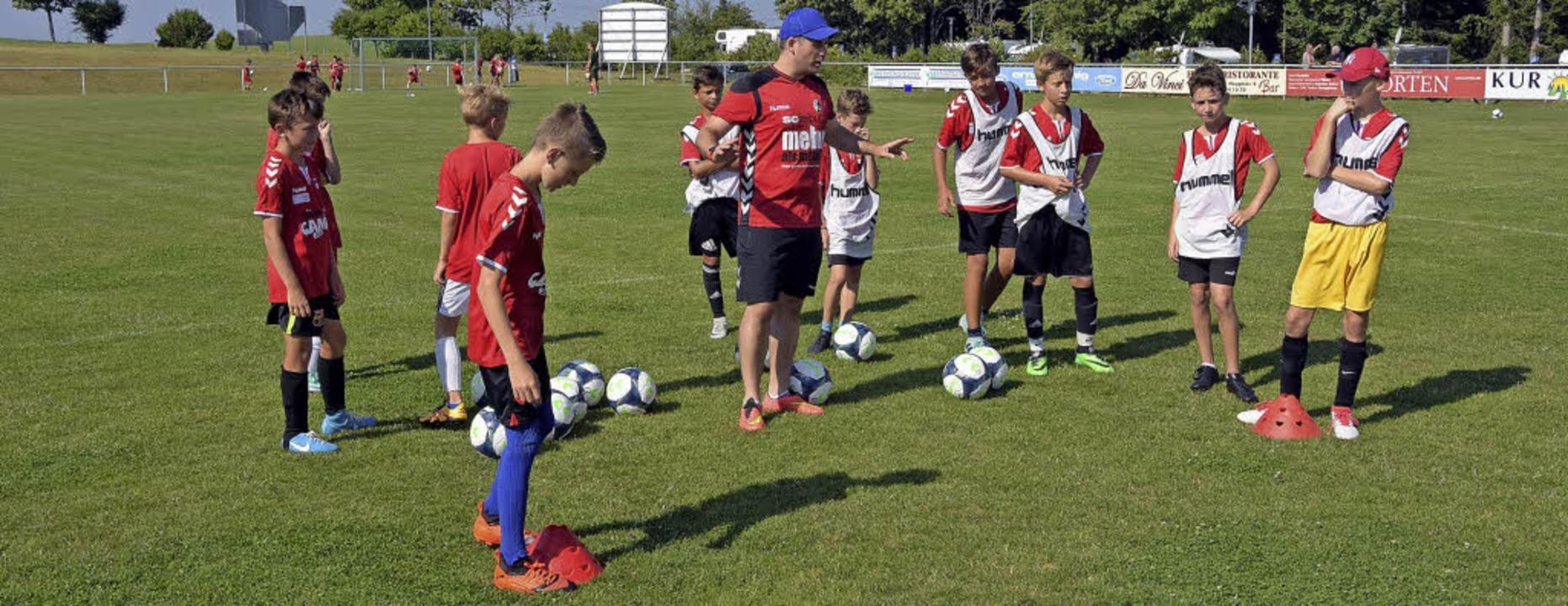 Bernie Beringer (Bildmitte) erklärt den Kindern eine Übung.   | Foto: Stefan Pichler
