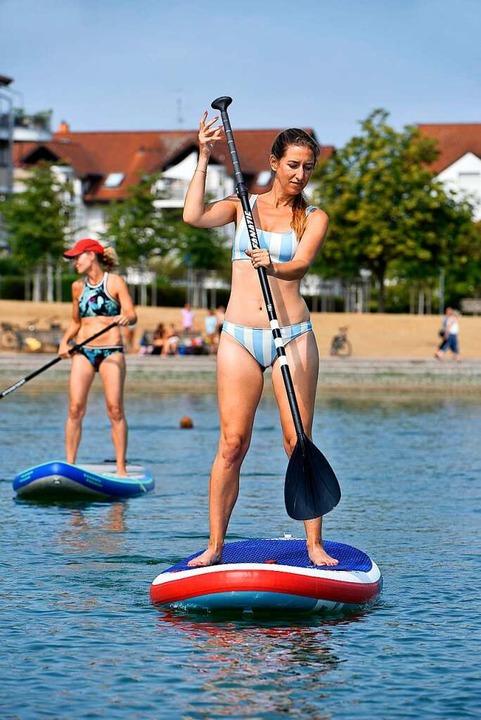 Sicher gleitet eine Teilnehmerin mit Board übers Wasser.  | Foto: Thomas Kunz