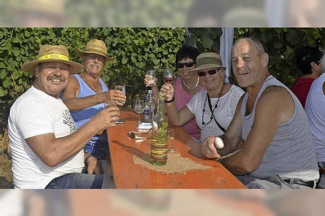 Mit Sonnenhut und Weinglas durch die Reben